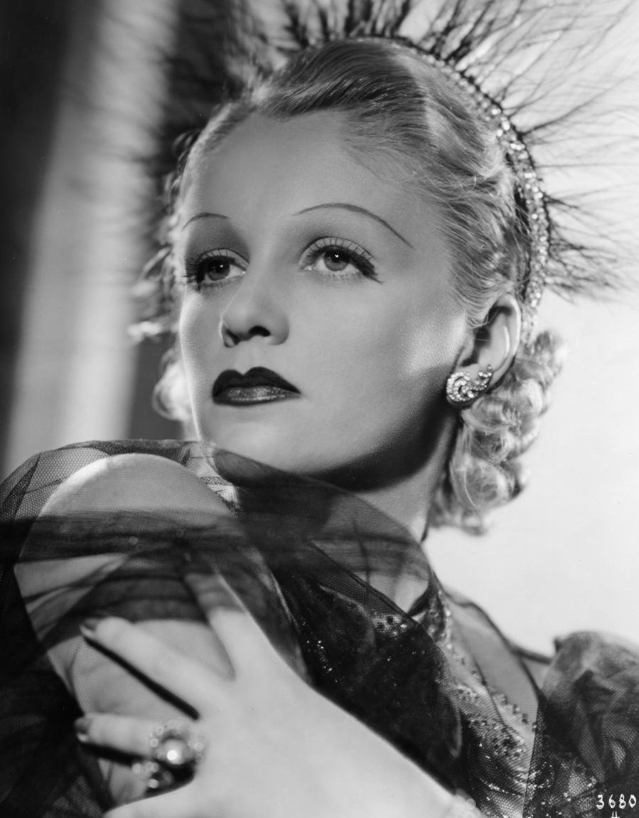 Genia Nikolaieva in Und du mein Schatz fährst mit (1937)