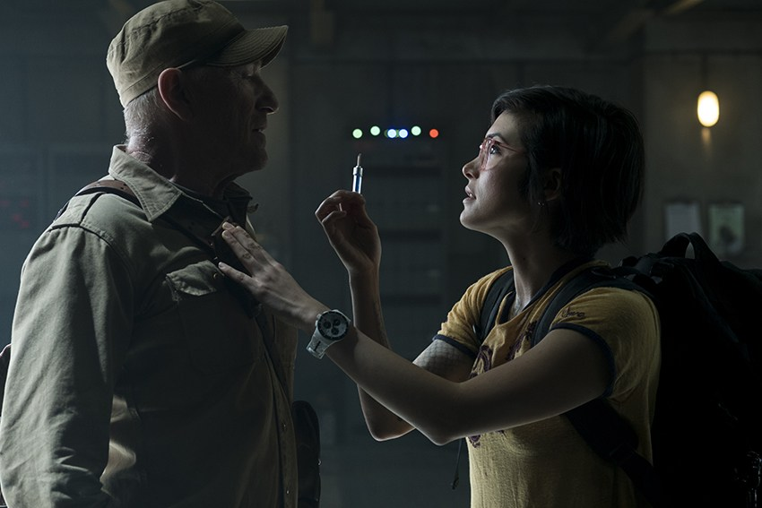 Ted Levine and Daniella Pineda in Jurassic World: Fallen Kingdom (2018)