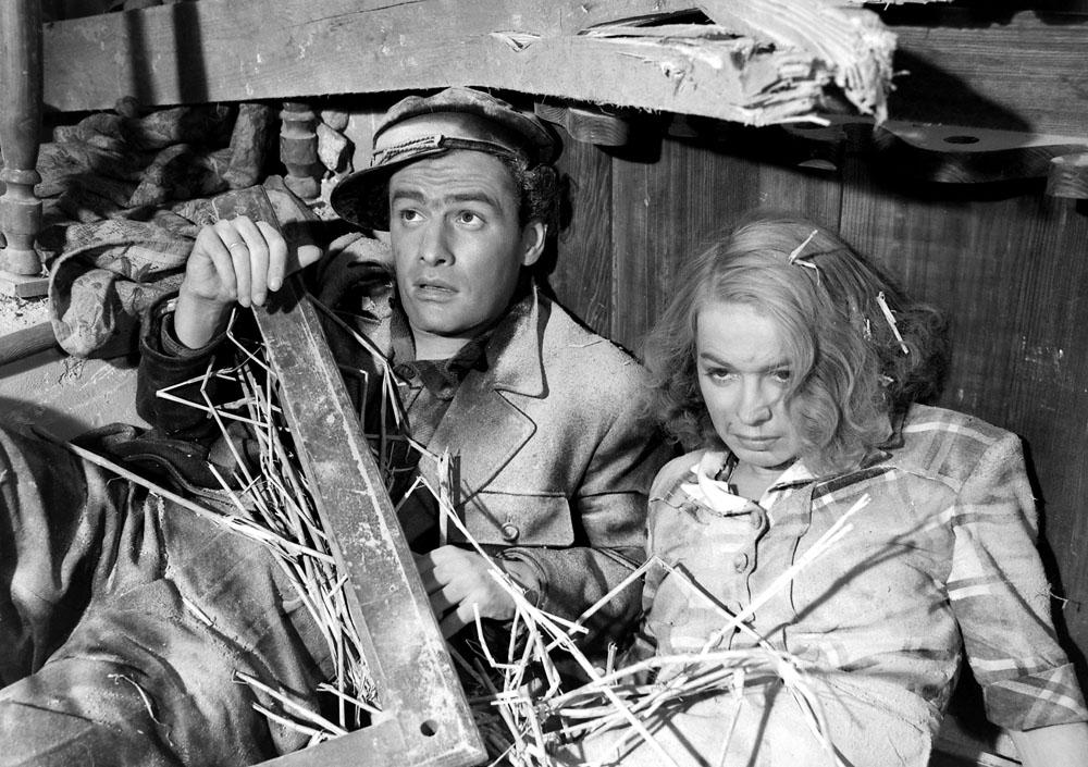 Jerzy Duszynski and Danuta Szaflarska in Skarb (1949)