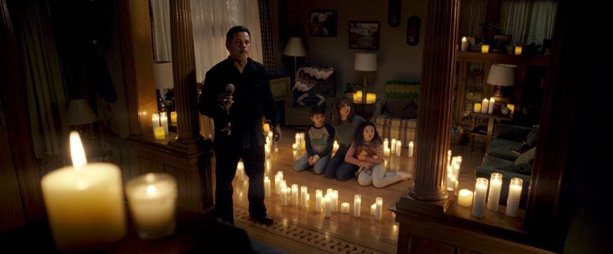 Linda Cardellini, Raymond Cruz, Jaynee-Lynne Kinchen, and Roman Christou in The Curse of La Llorona (2019)