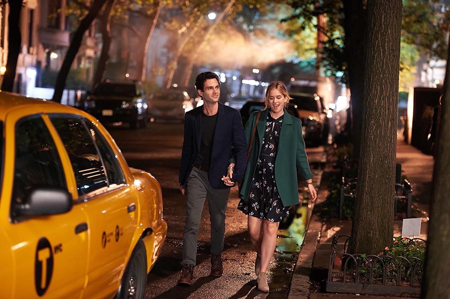 Penn Badgley and Elizabeth Lail in You (2018)