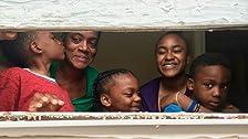 Cuatro niños, un colchón inflable