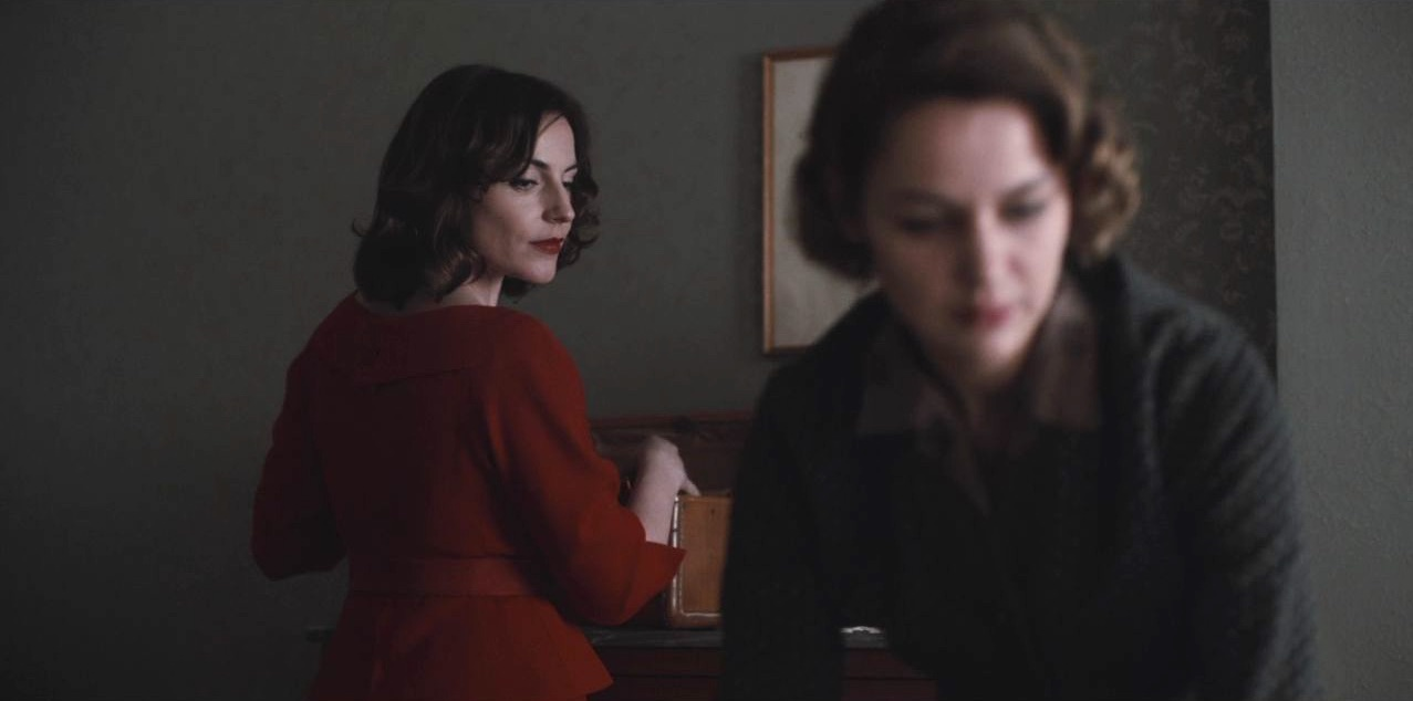 Antje Traue and Luise Heyer in Dark (2017)