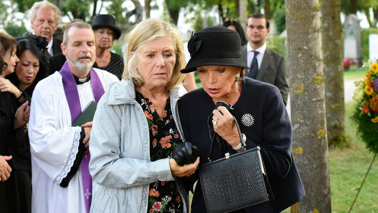 Christian Buse, Uschi Glas, and Jutta Speidel in Club Of The Lonely Hearts (2019)