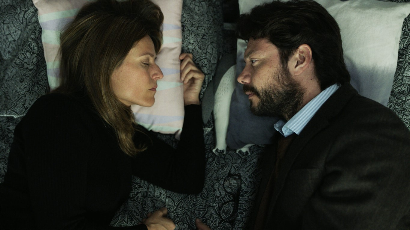 Álvaro Morte and Itziar Ituño in La casa de papel (2017)