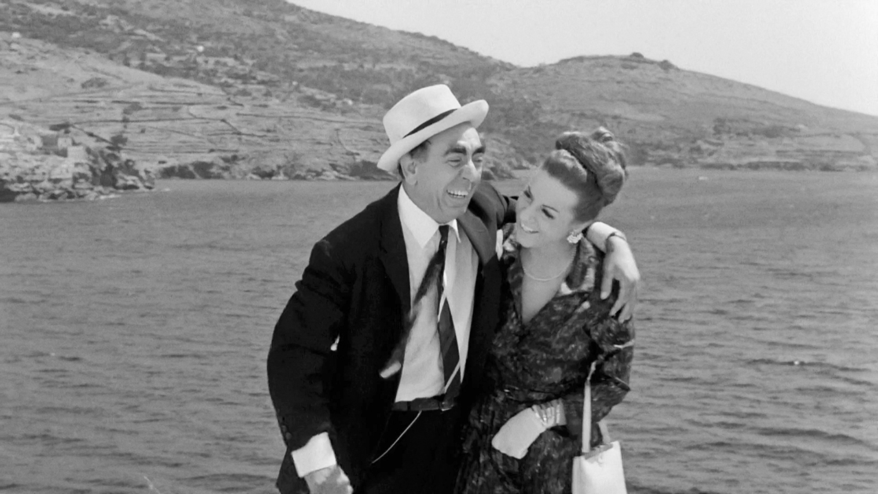 Mary Aroni and Dionysis Papagiannopoulos in Fouskothalassies (1966)