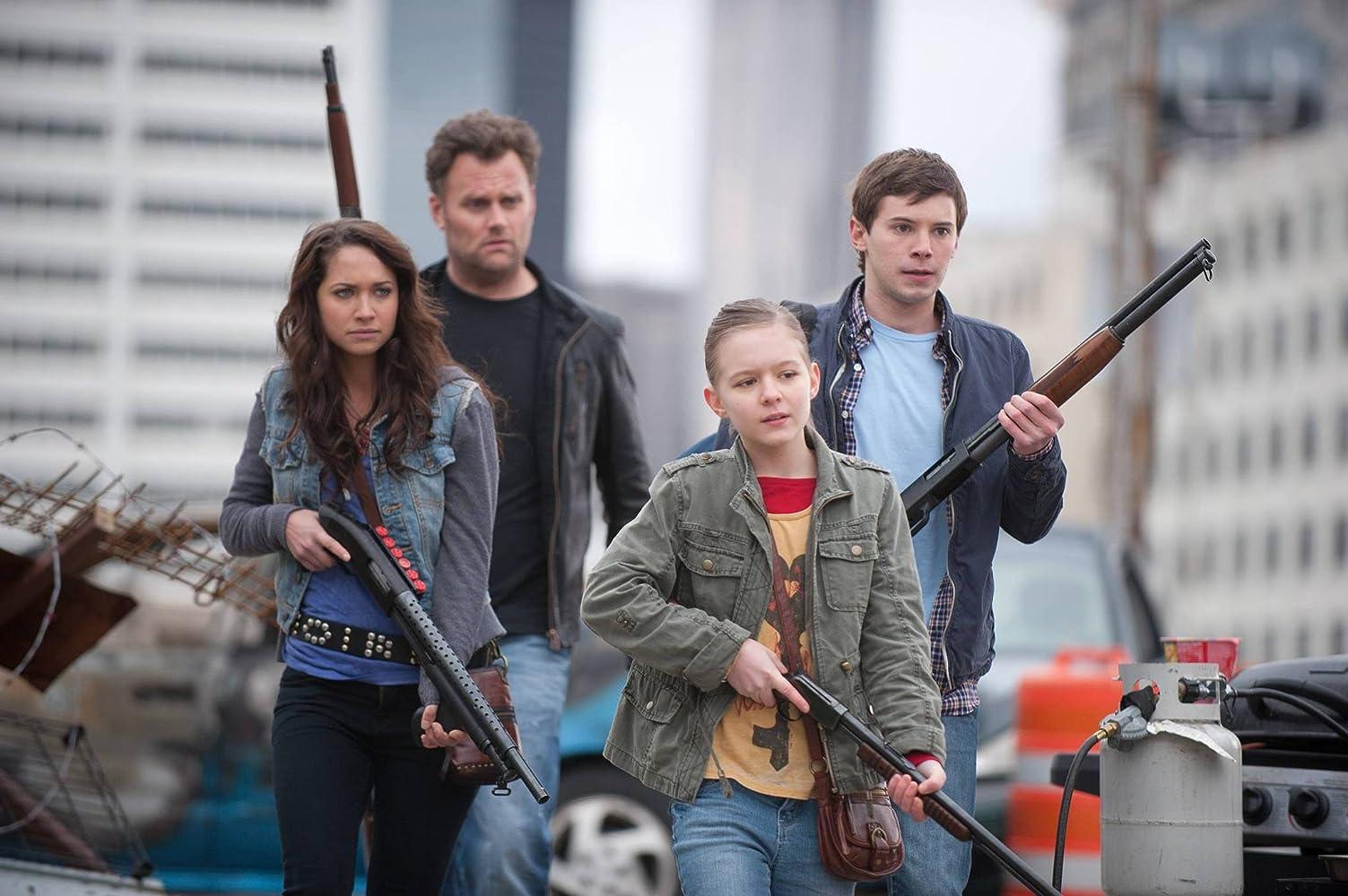 Kirk Ward, Tyler Ross, Maiara Walsh, dan Izabela Vidovic dalam Zombieland (2013)