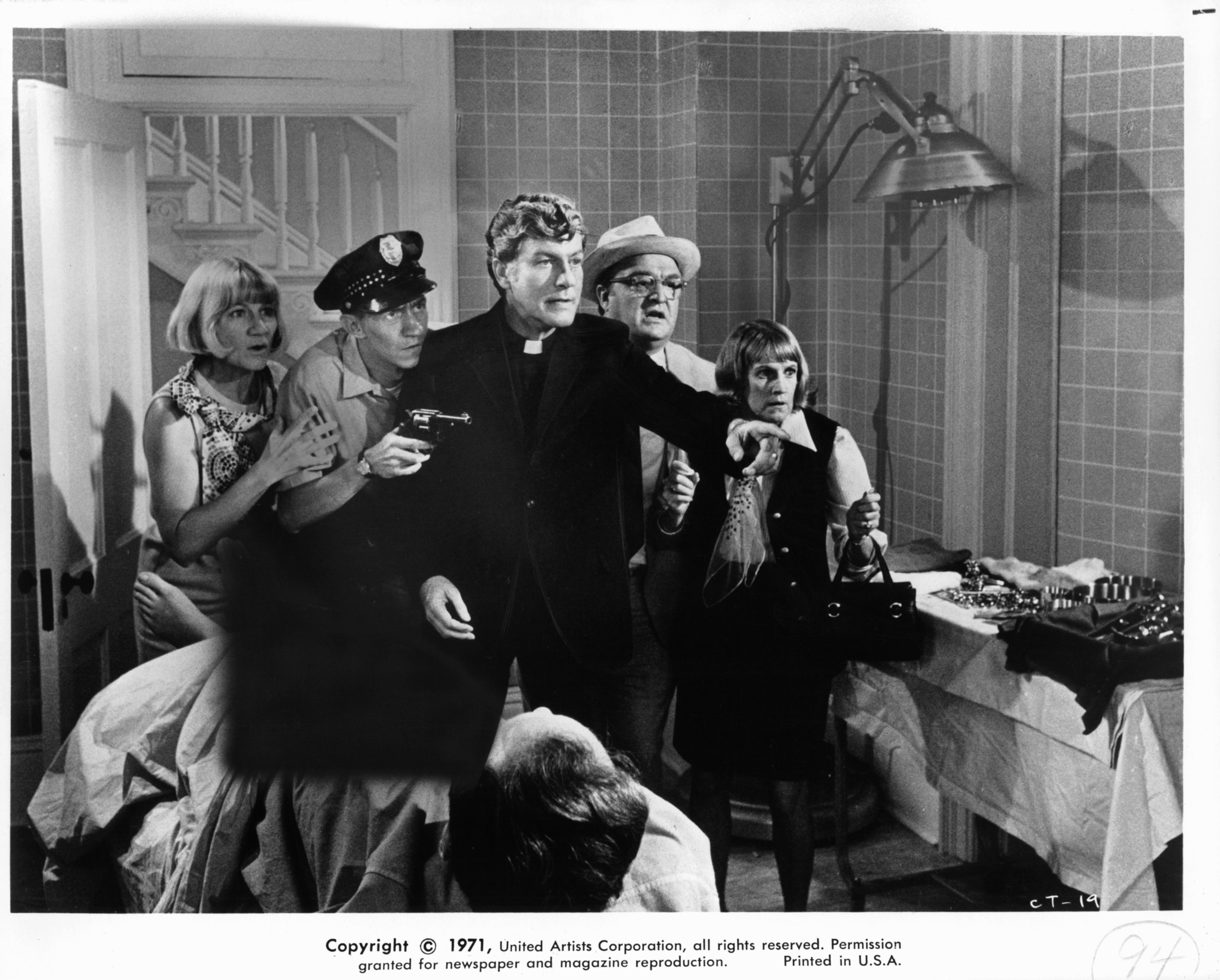 Dick Van Dyke, Sudie Bond, Barbara Cason, Vincent Gardenia, Stan Gottlieb, and Raymond Kark in Cold Turkey (1971)
