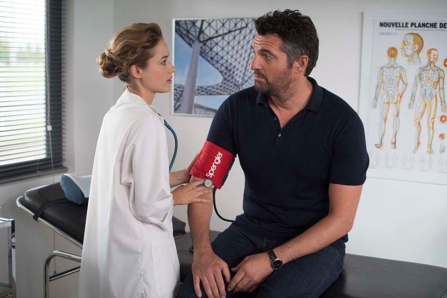 Alice David and Arnaud Ducret in Monsieur je-sais-tout (2018)