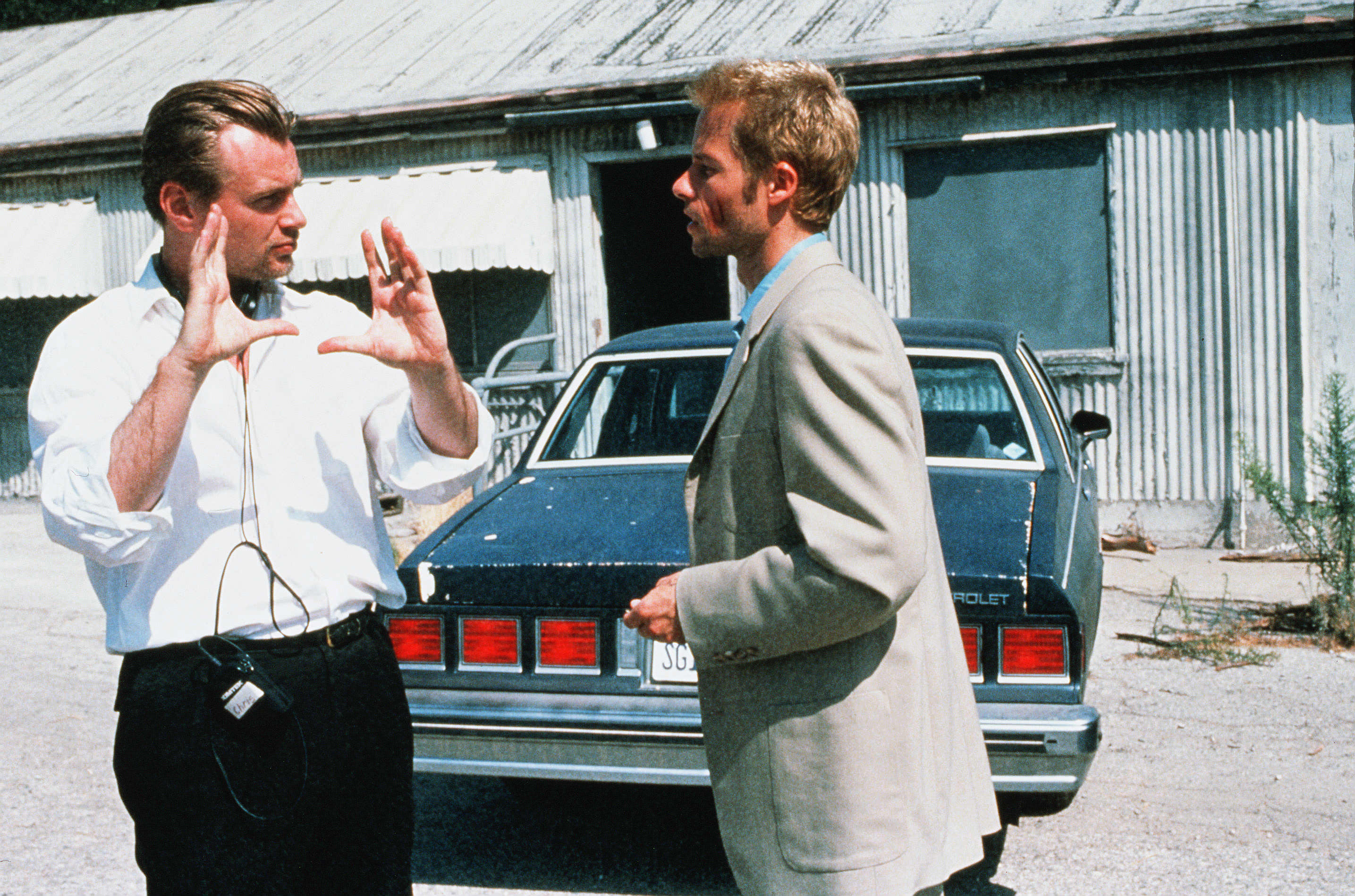 Guy Pearce and Christopher Nolan in Memento (2000)