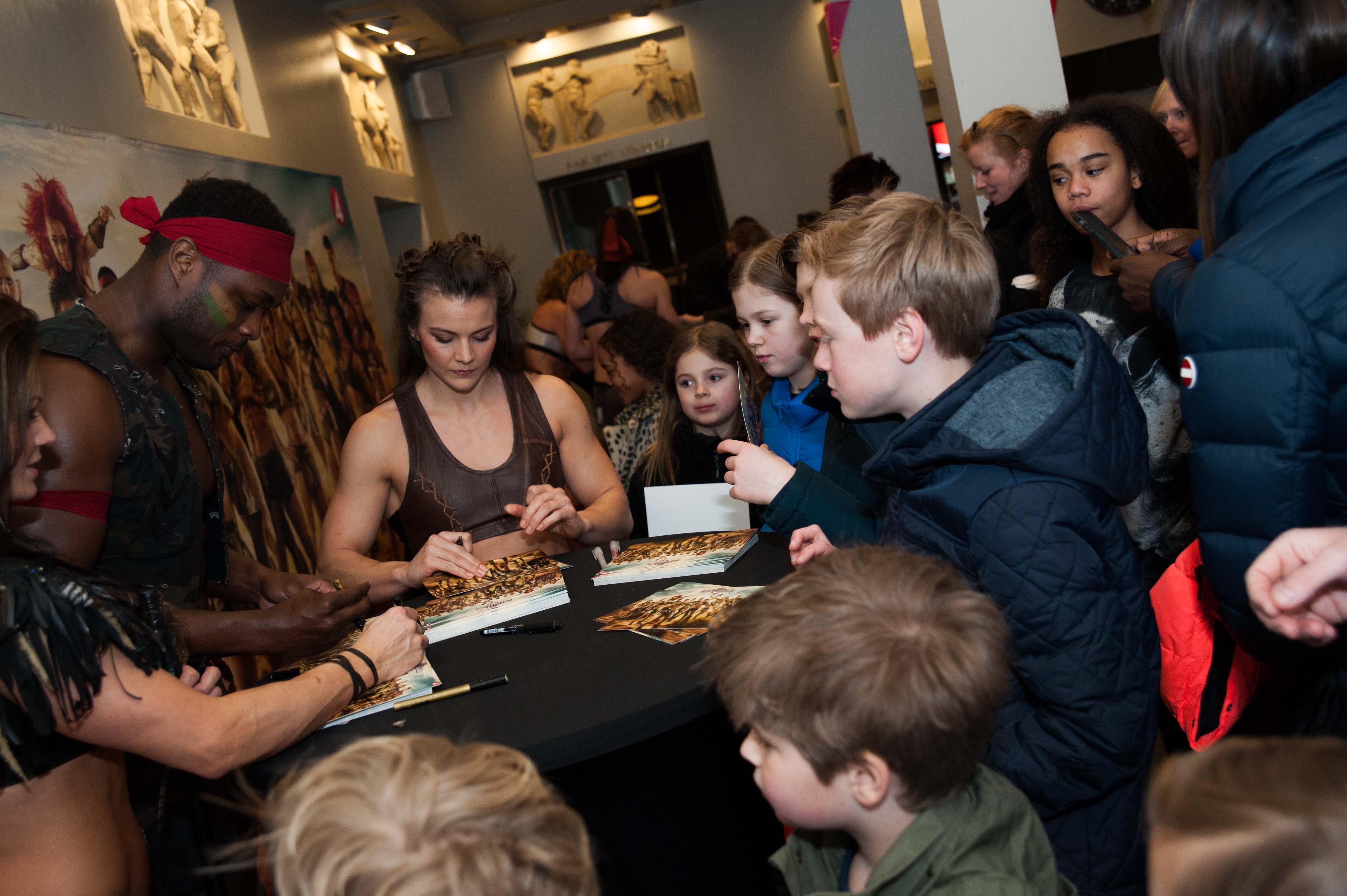 Still of Zimzon Zion signing autographs at Gladiatorerna premiere