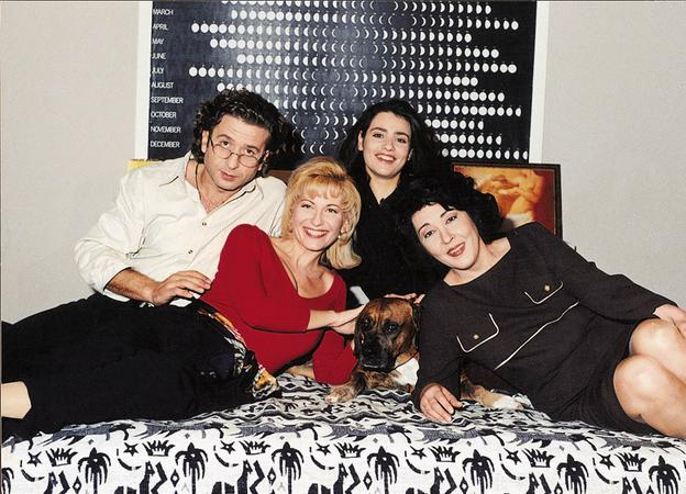 Kostas Koklas, Efi Tsabodimou, Marianna Toumasatou, and Gianka Avagianou in Cheek to cheek (1997)