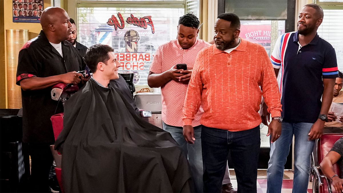 Cedric the Entertainer, Earthquake, Max Greenfield, Sheaun McKinney, and Marcel Spears in The Neighborhood (2018)
