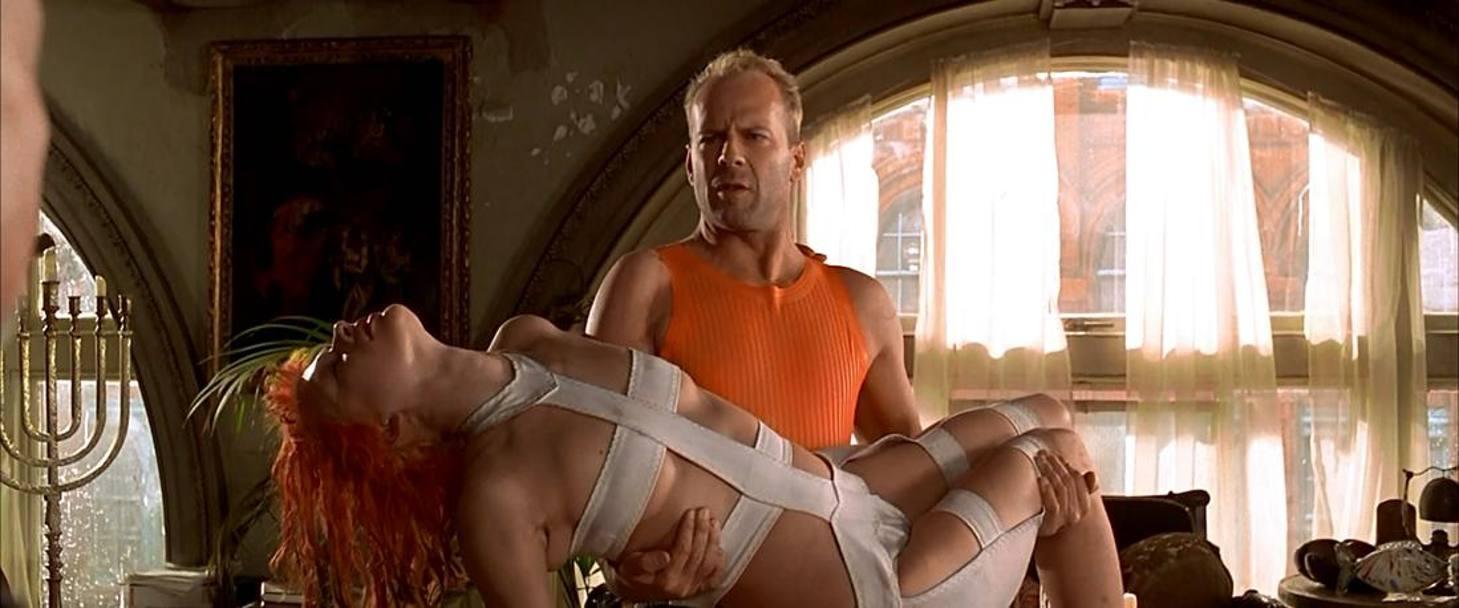 Milla Jovovich and Bruce Willis in Le cinquime lment 1997