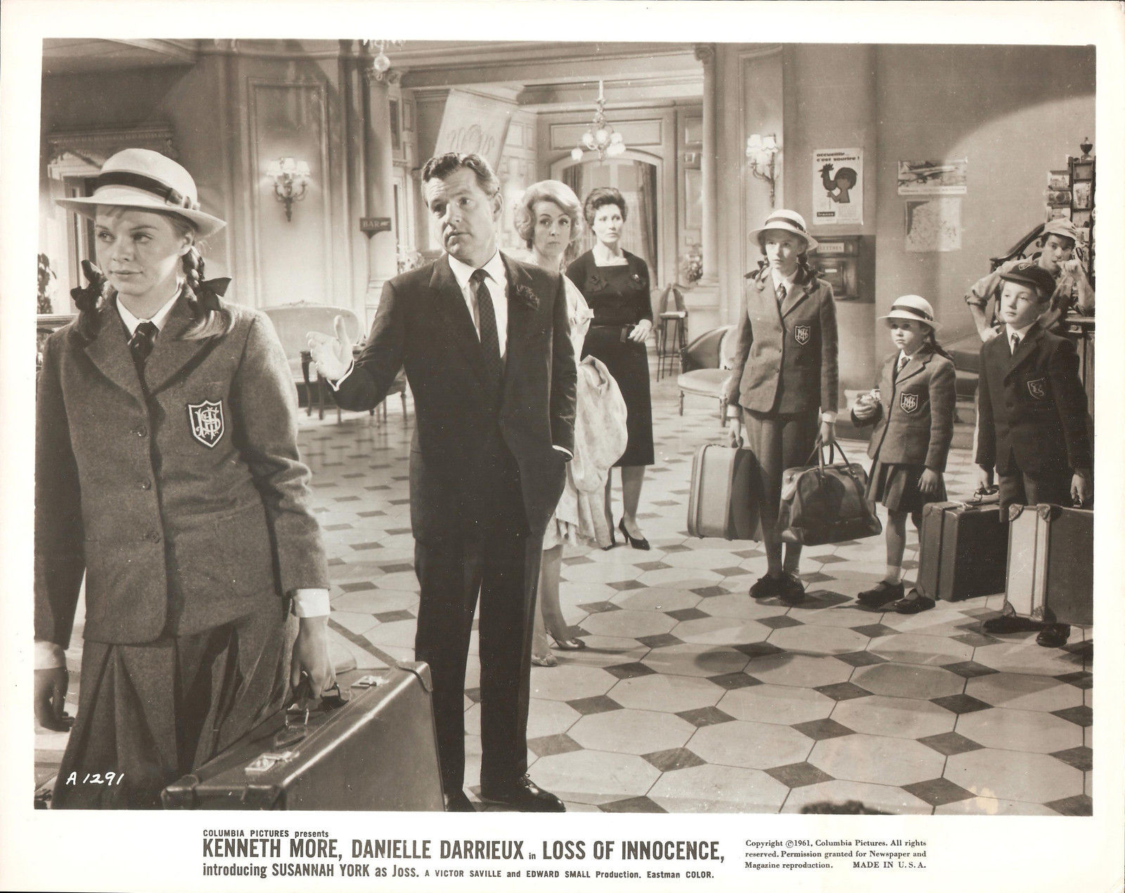 Jane Asher, Danielle Darrieux, Elizabeth Dear, Kenneth More, Claude Nollier, Richard Williams, and Susannah York in The Greengage Summer (1961)