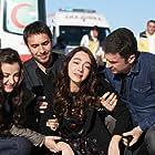 Öykü Gürman, Ulas Tuna Astepe, Irem Helvacioglu, and Temmuz Gürkan Karaca in 50. Bolum (2019)