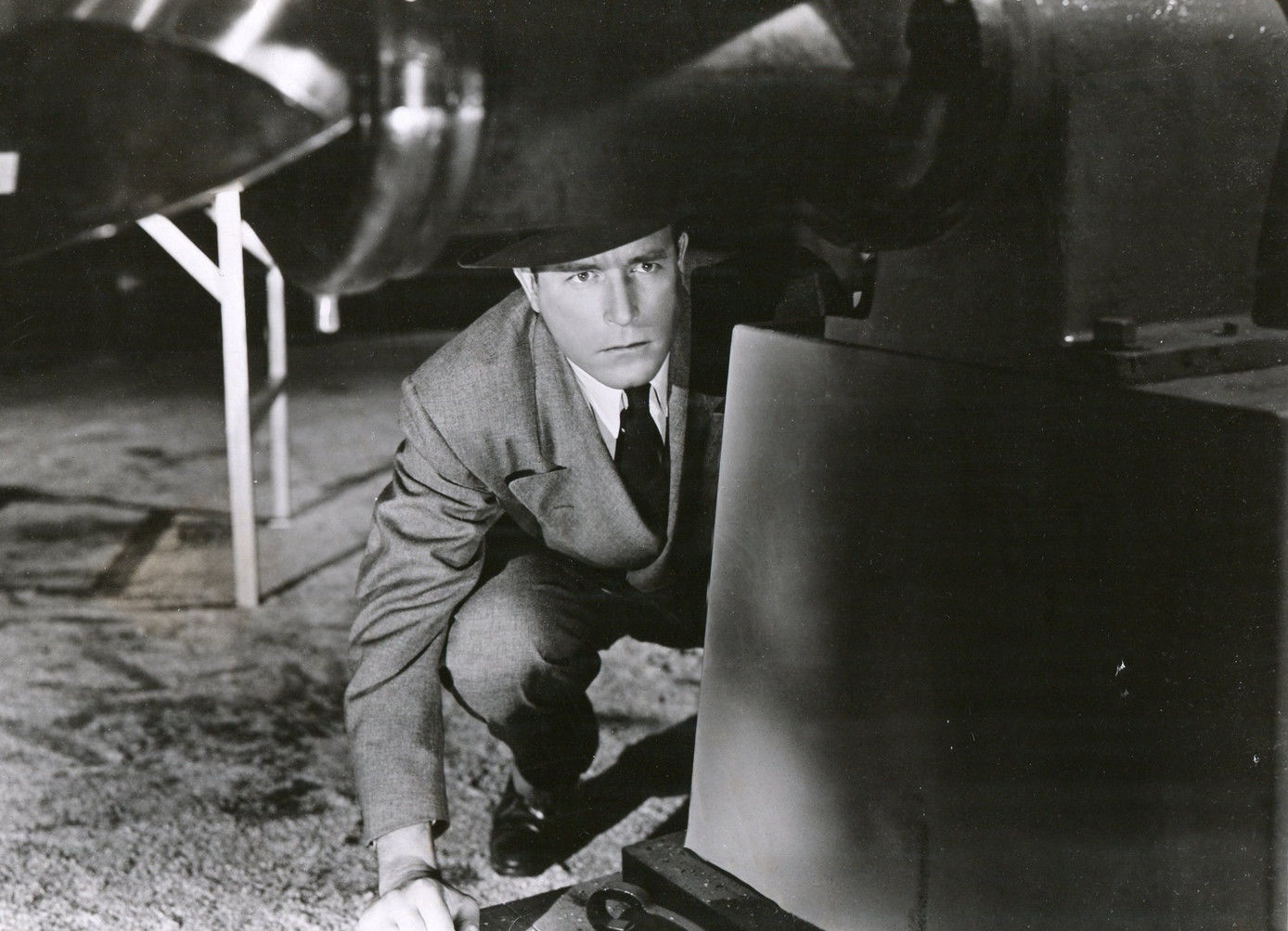 Lawrence Tierney in Bodyguard (1948)