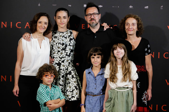 Paco Plaza, Ana Torrent, Consuelo Trujillo, Bruna González, Claudia Placer, Sandra Escacena, and Iván Chavero at an event for Verónica (2017)