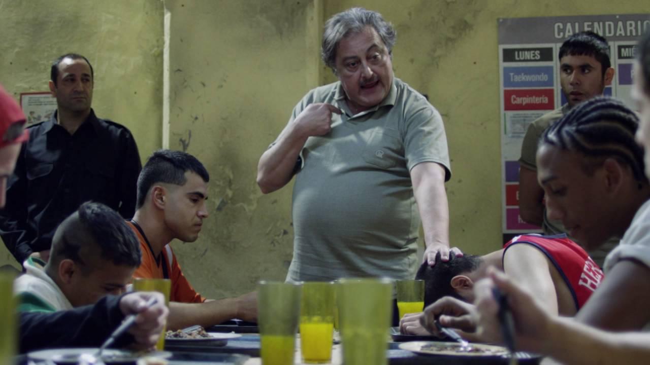 Claudio Rissi and Abel Ayala in El marginal (2016)