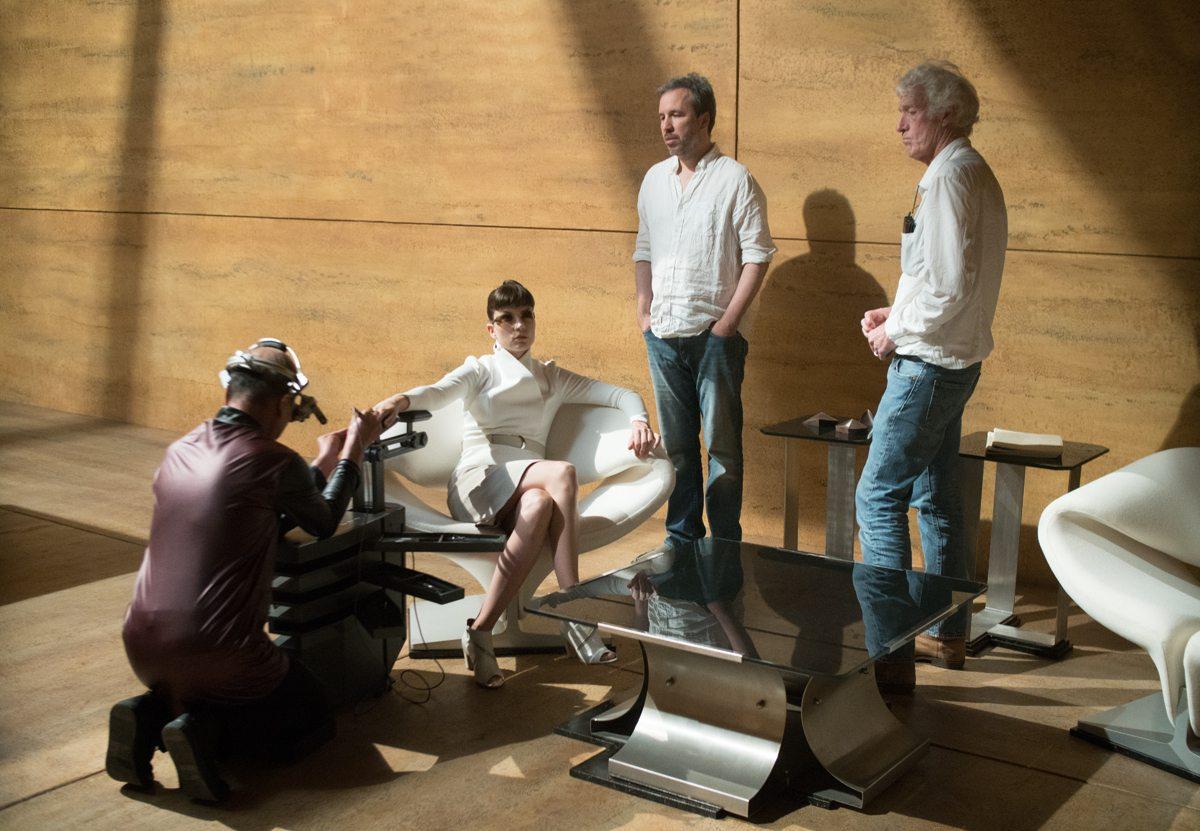 Roger Deakins, Denis Villeneuve, and Sylvia Hoeks in Blade Runner 2049 (2017)