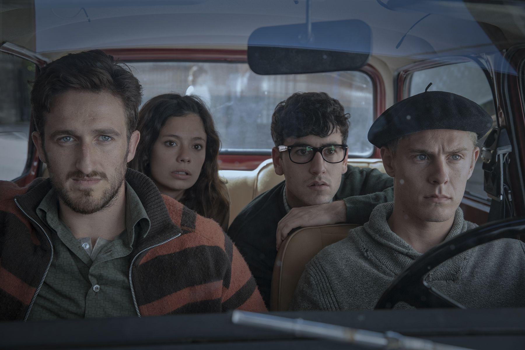 Anna Castillo, Patrick Criado, Joan Amargós, and Àlex Monner in La línea invisible (2020)