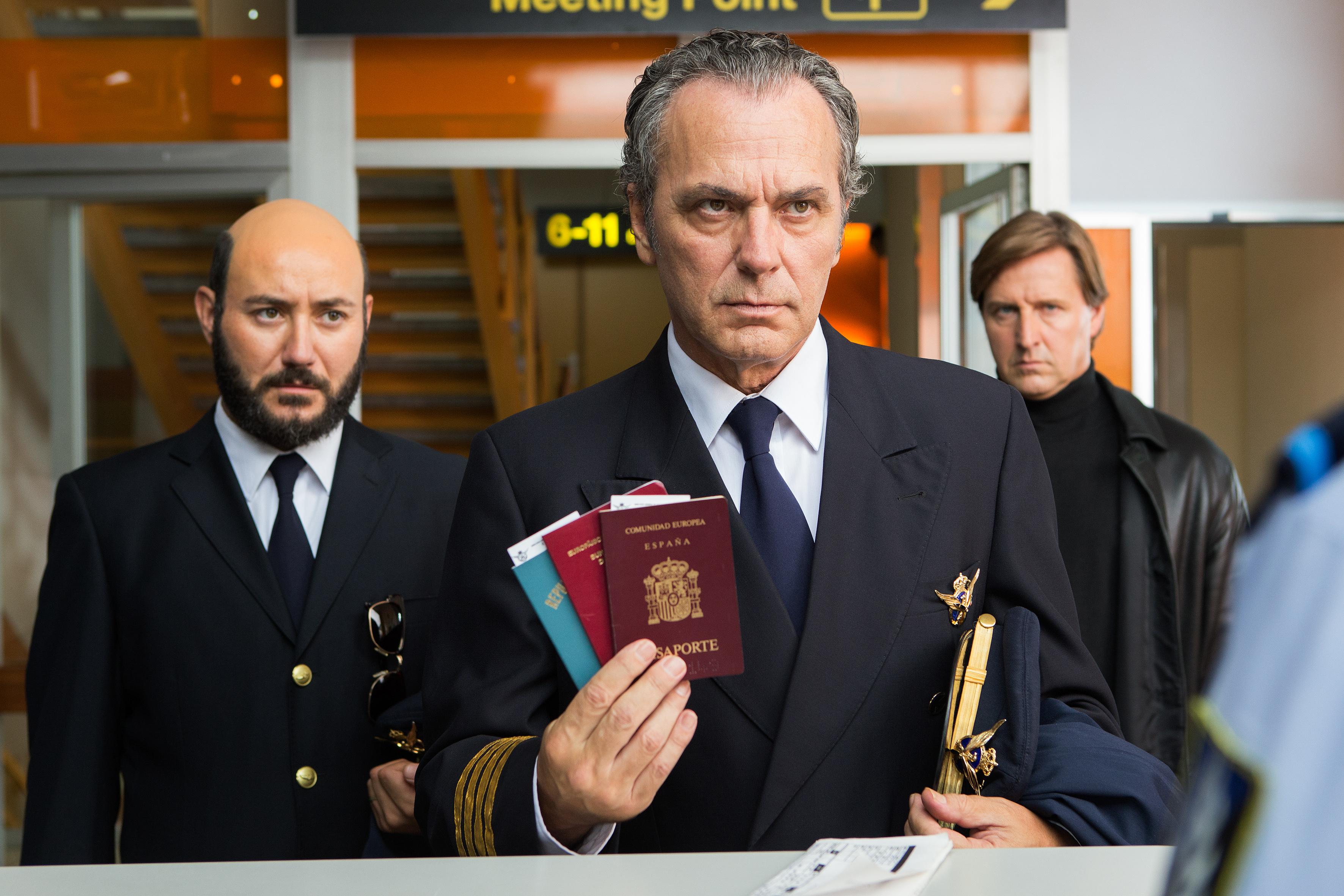 Jose Coronado, Carlos Santos, and Christian Stamm in El hombre de las mil caras (2016)