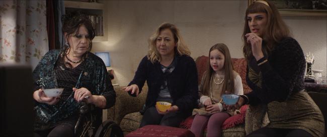 Terele Pávez, Carmen Machi, Asier Etxeandia, and Lucía Balas in La puerta abierta (2016)