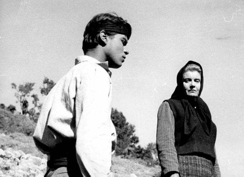 Ilia Livykou and Alkis Giannakas in Enas delikanis (1963)