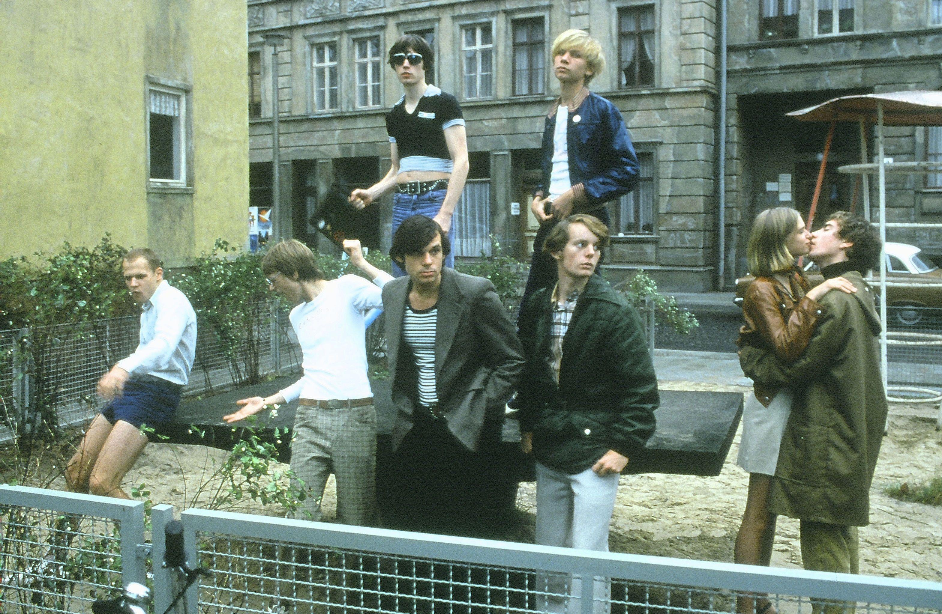 Alexander Beyer, Patrick Güldenberg, Lena Lauzemis, Martin Moeller, David Müller, Alexander Scheer, and Robert Stadlober in Sonnenallee (1999)