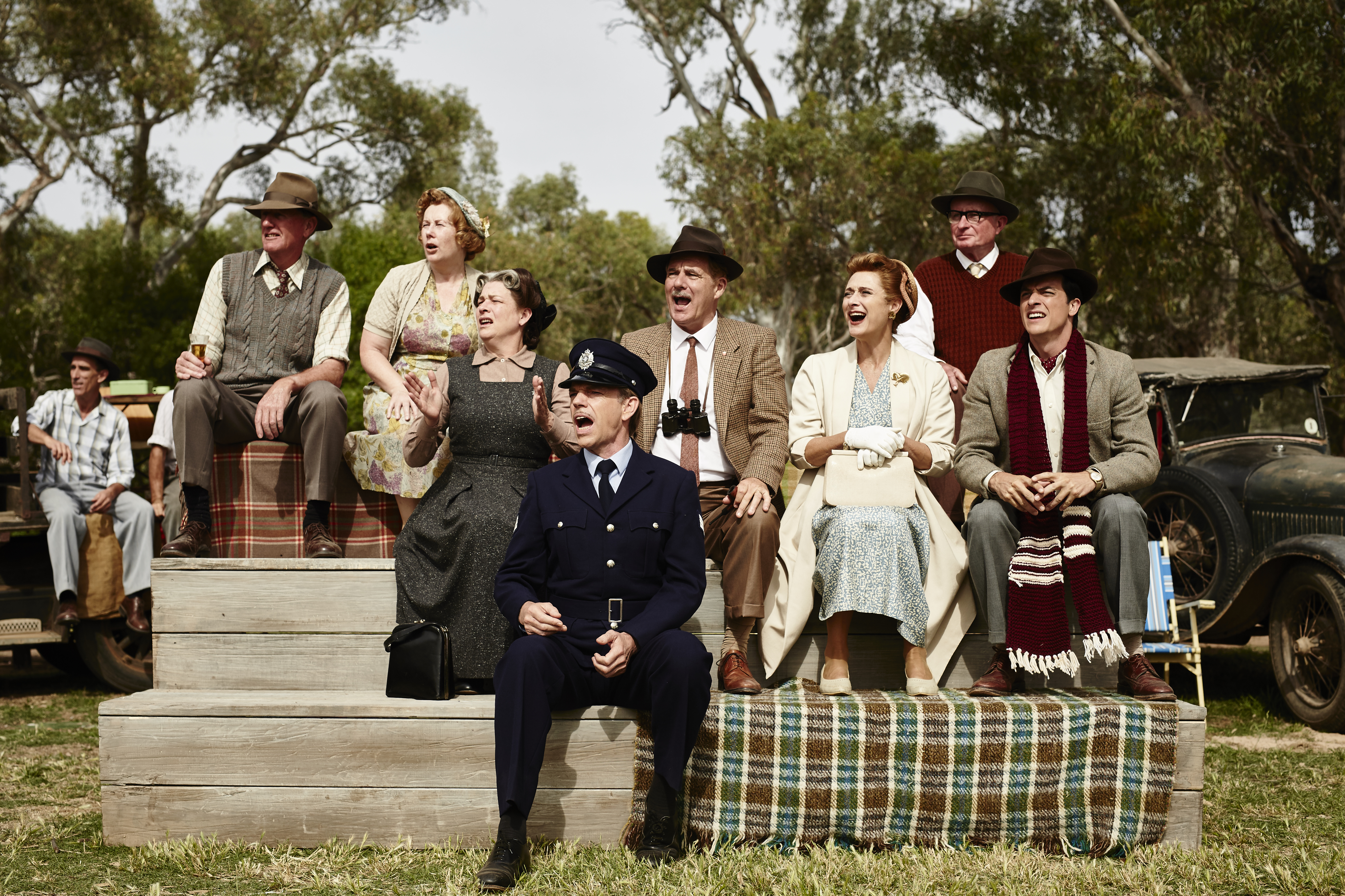 Shane Bourne, Caroline Goodall, Hugo Weaving, Alison Whyte, and James Mackay in The Dressmaker (2015)