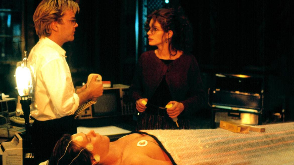 Julia Roberts and Kiefer Sutherland in Flatliners (1990)