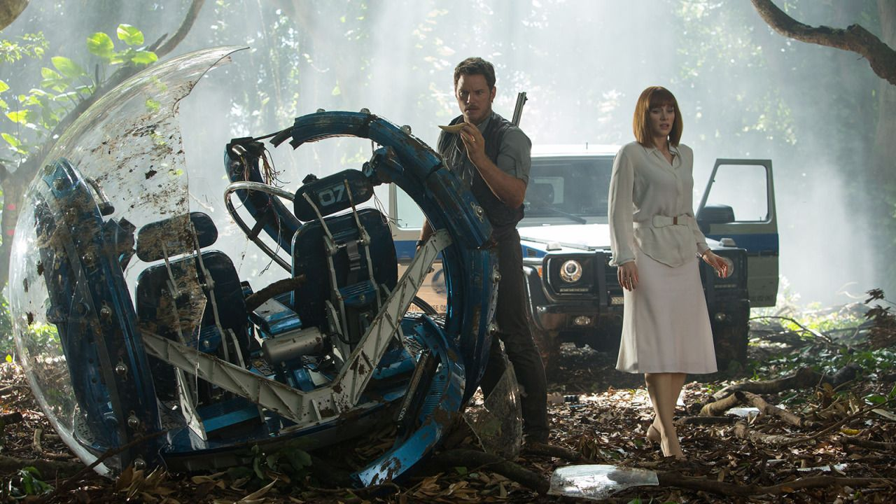 Bryce Dallas Howard and Chris Pratt in Jurassic World (2015)