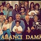 Arif Erkin Güzelbeyoglu, Ayla Karaca, Erdal Özyagcilar, Sumru Yavrucuk, Binnur Kaya, Nehir Erdogan, Ilker Aksum, and Özgür Çevik in Yabanci damat (2004)