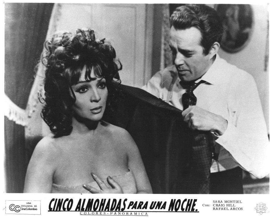 Ricardo Merino and Sara Montiel in Cinco almohadas para una noche (1974)