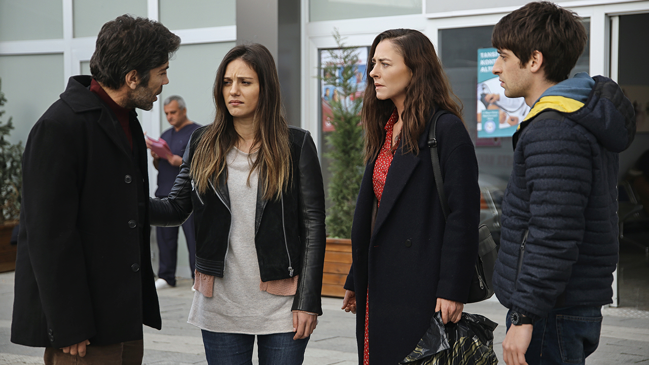 Tuncer Salman, Bora Akkas, Ece Uslu, and Nilay Deniz in Dayan Yuregim (2017)