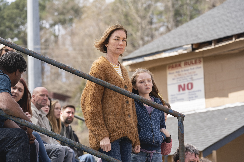Julianne Nicholson, Summer Fontana, and Scarlett Blum in The Outsider (2020)