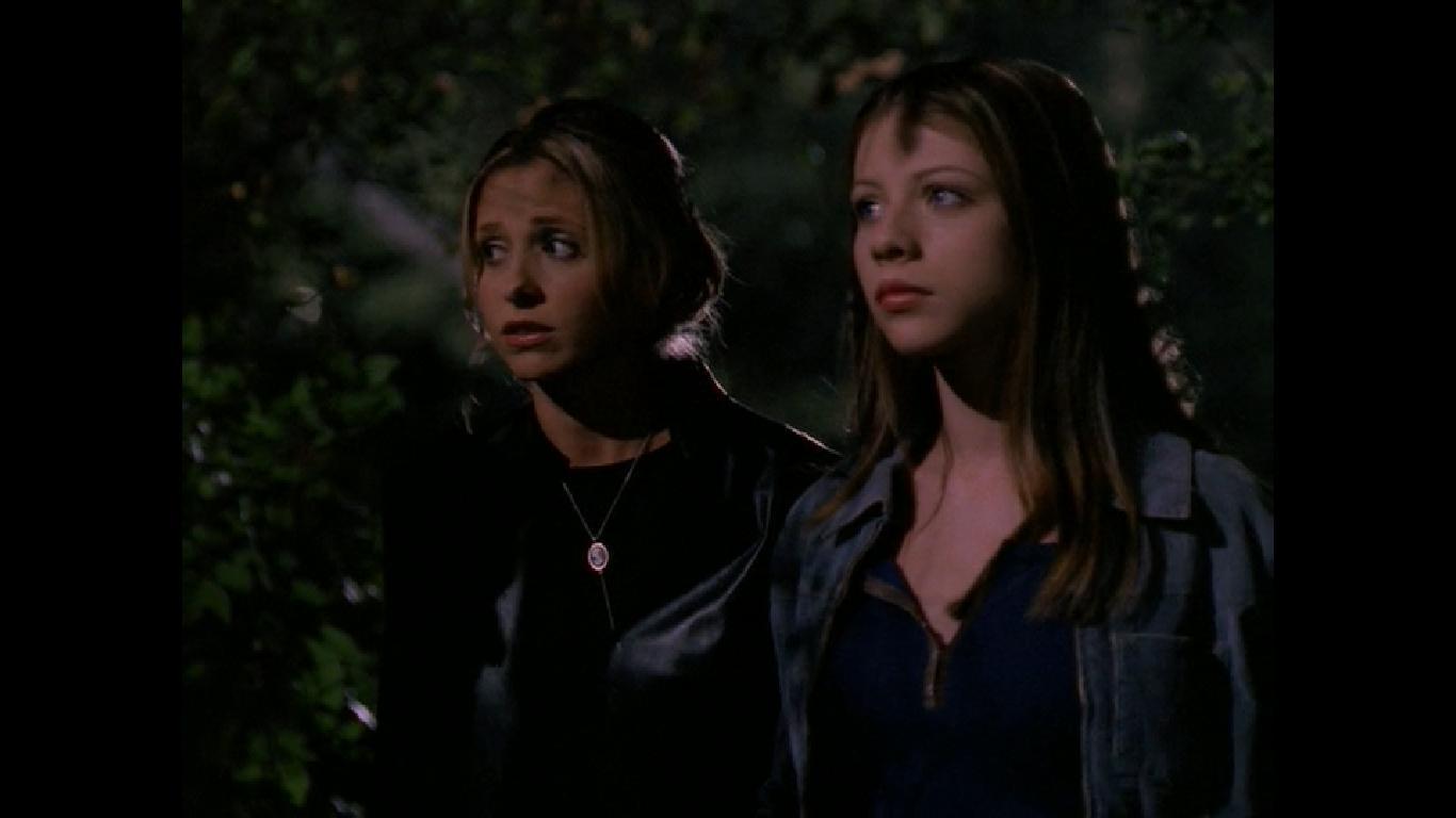 Sarah Michelle Gellar and Michelle Trachtenberg in Buffy the Vampire Slayer (1996)