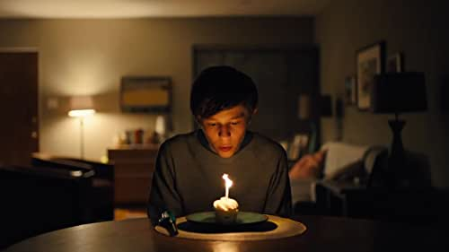 Leo Borlock (Graham Verchere) is an average student at Mica High School. He gets decent grades, is a member of the school's marching band and has always been content flying under the radar. But all that changes when he meets Stargirl Caraway (Grace VanderWaal), a confident and colorful new student with a penchant for the ukulele, who stands out in a crowd. She is kind, finds magic in the mundane and touches the lives of others with the simplest of gestures. Her eccentricities and infectious personality charm Leo and the student body, and she quickly goes from being ignored and ridiculed to accepted and praised, then back again, sending Leo on a rollercoaster ride of emotions.