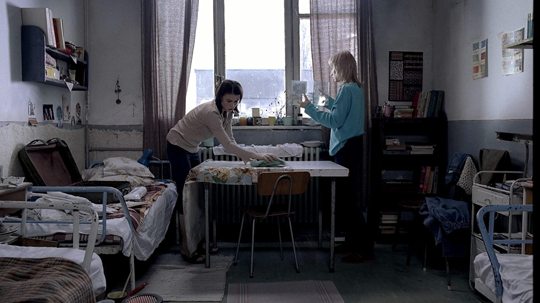 Anamaria Marinca and Laura Vasiliu in 4 luni, 3 saptamâni si 2 zile (2007)