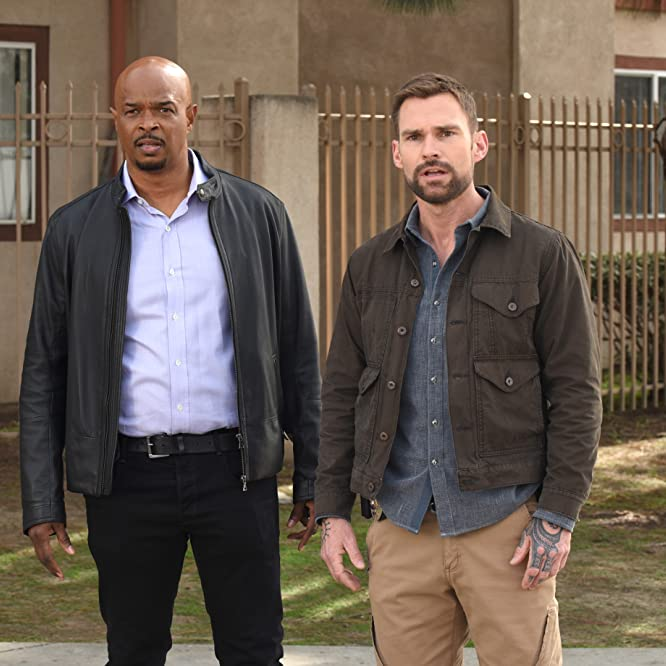 Damon Wayans and Seann William Scott in Lethal Weapon (2016)