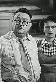 Sasa Rasilov and Ludmila Vostrcilová in Rodinné trampoty oficiála Trísky (1949)
