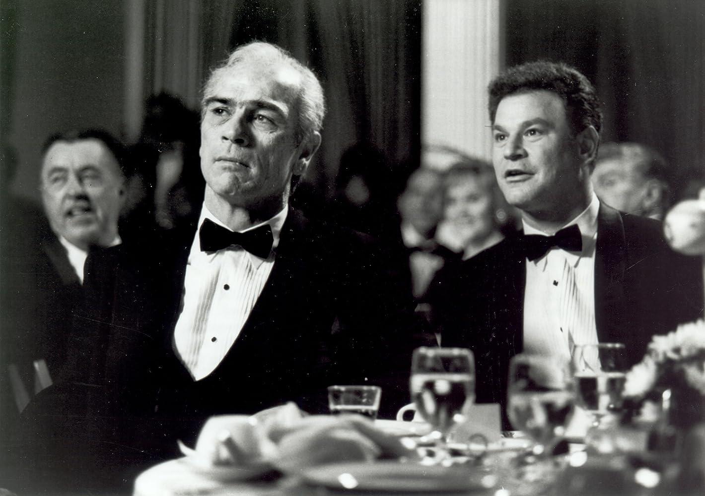 Tommy Lee Jones and Robert Wuhl in Cobb (1994)