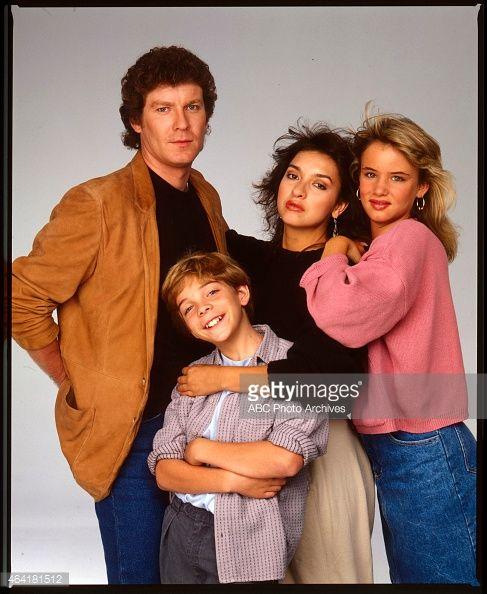 Juliette Lewis, Elizabeth Peña, Jason Horst, and Daniel Hugh Kelly in I Married Dora (1987)