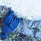 Barry Atsma in Knielen op een bed violen (2016)