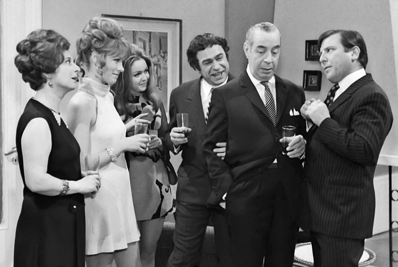 Hronis Exarhakos, Giorgos Gavriilidis, Anna Paitatzi, Nora Valsami, Kostas Voutsas, and Miranta Morali in O gois (1969)