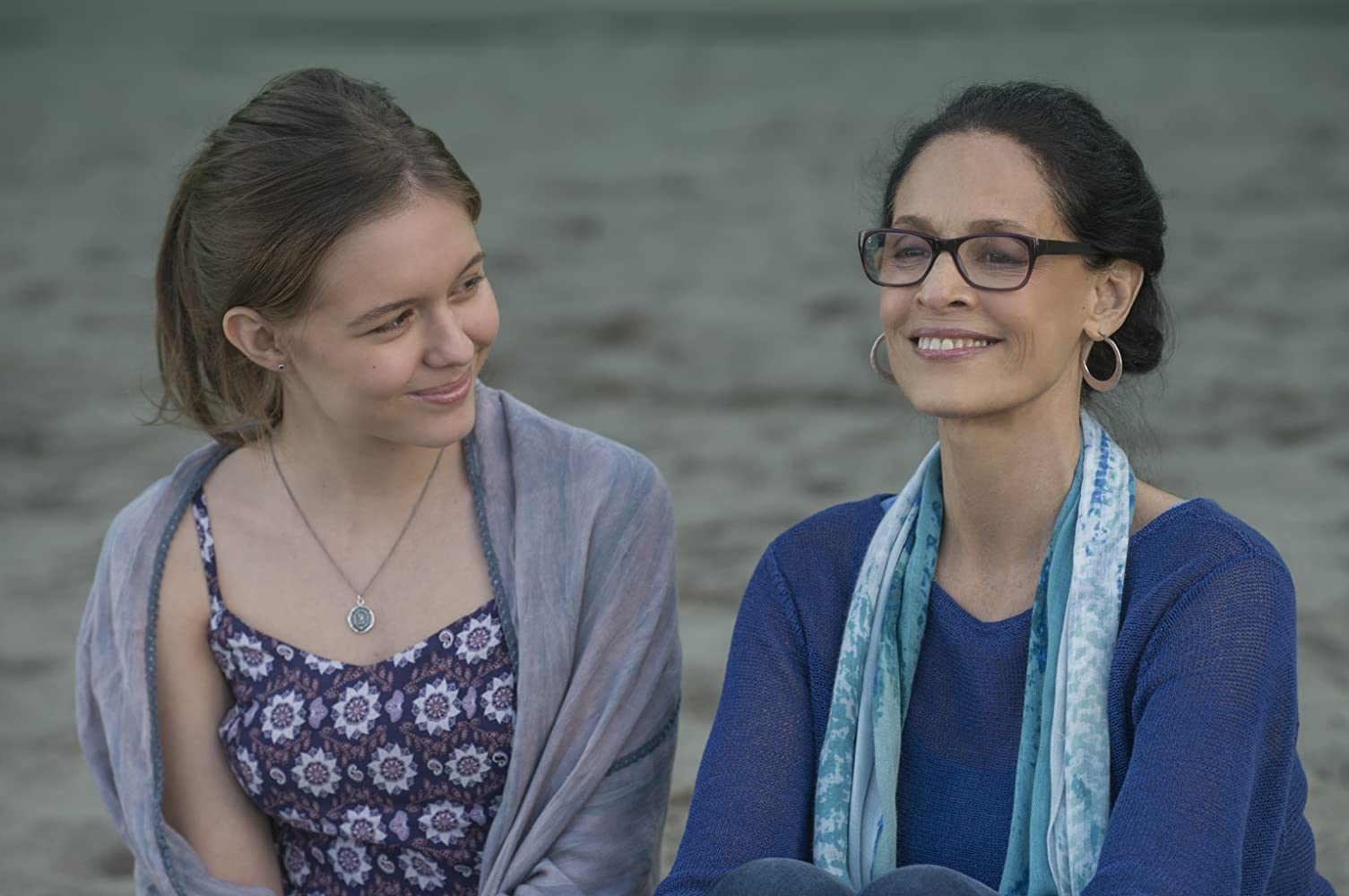 Sônia Braga and Izabela Vidovic in Wonder (2017)