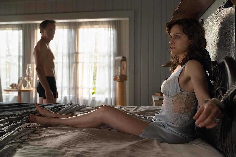Carla Gugino and Bruce Greenwood in Gerald's Game (2017)