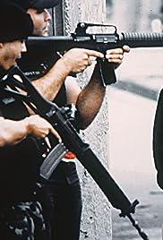 Abaixando a Máquina: Ética e Dor no Fotojornalismo Carioca Poster