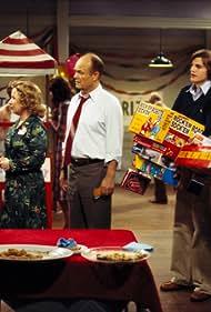 Kurtwood Smith, Ashton Kutcher, Danny Masterson, Topher Grace, and Debra Jo Rupp in That '70s Show (1998)