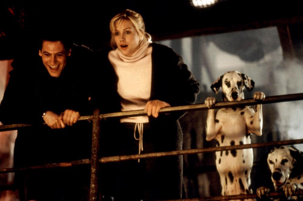 Alice Evans and Ioan Gruffudd in 102 Dalmatians (2000)